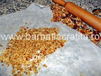 Prajitura cu foi si crema Preparare reteta krantz - sfaramam nucile caramelizate cu sucitorul