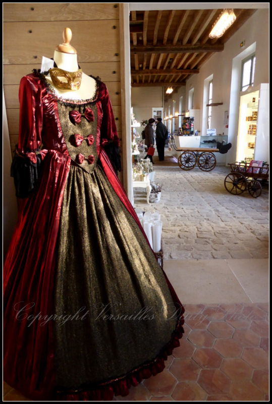 Boutique des jardins Versailles period dress