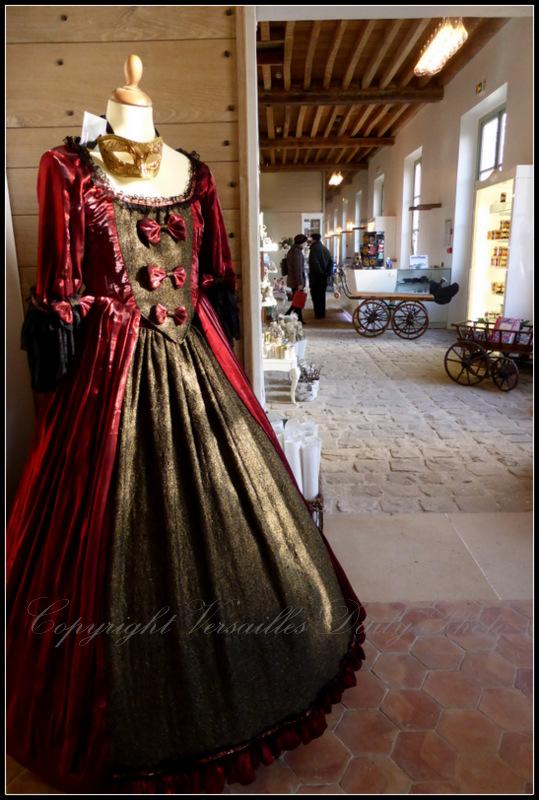 Boutique des jardins Versailles period dress