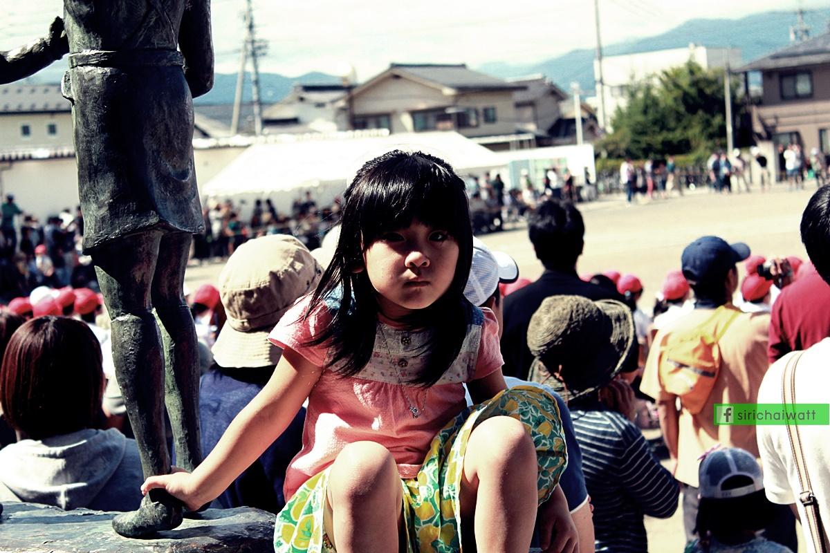 เด็กอนุบาลที่มาร่วมงาน และกิจกรรมในกีฬาสี โรงเรียนประถม ประเทศญี่ปุ่น กับรุ่นพี่