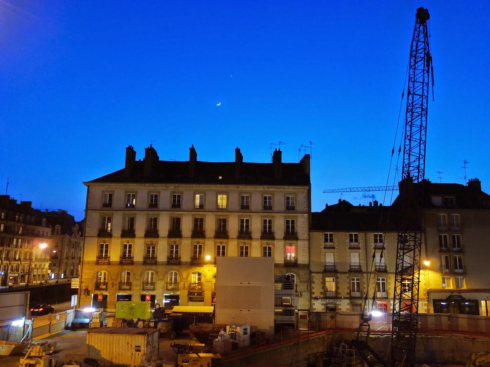 Une belle conjonction Lune / Vénus, au-dessus de la Place Saint-Germain, le dimanche 22 mars au soir...