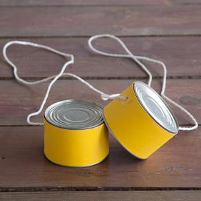 échasses réalisées avec des boîtes de conserve de thon et un bout de corde
