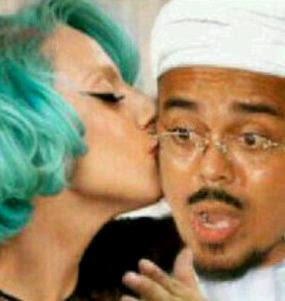 Lady Gaga Cium Habib Rizieq