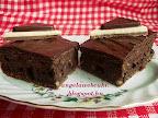 Cukkinis brownie, mézzel ízesített, csokoládéval lekent, kevert tésztás sütemény.