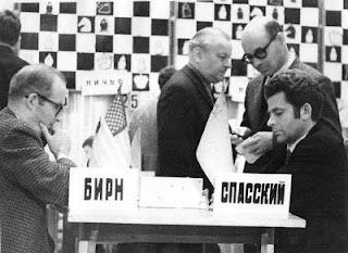 Robert Byrne, à gauche, affrontant Boris Spassky à Moscou en 1971
