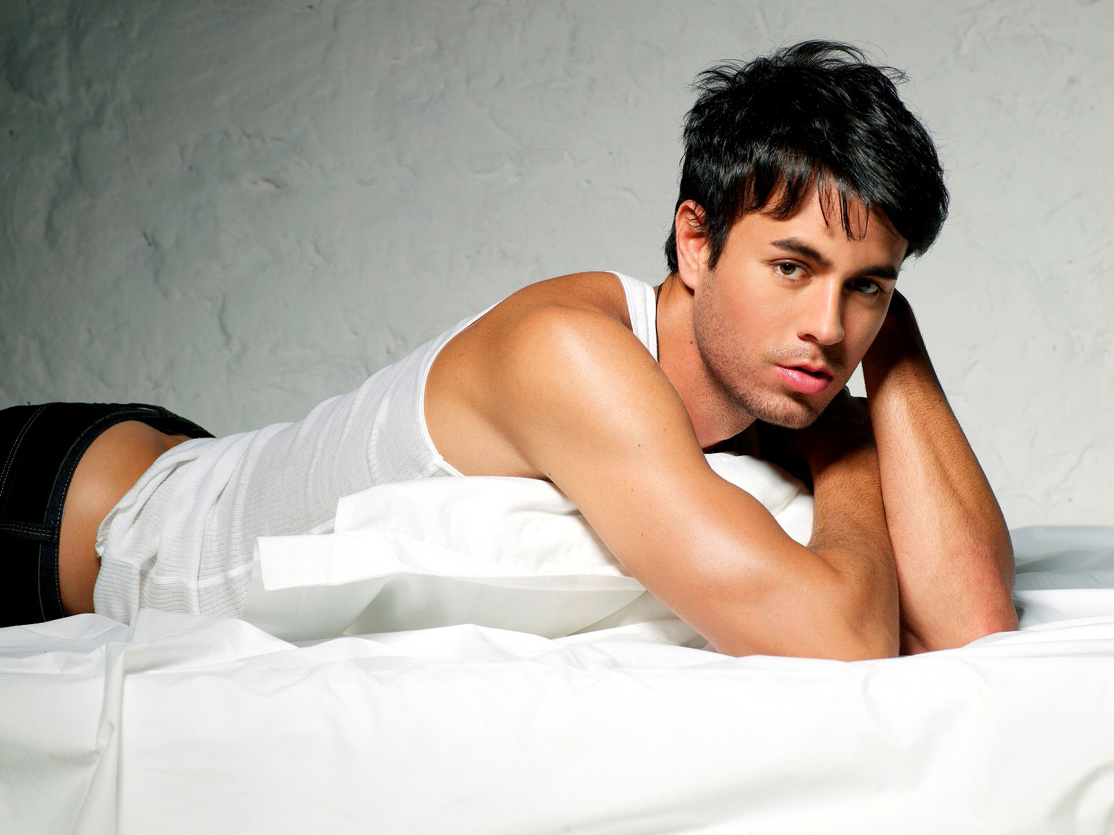 http://4.bp.blogspot.com/-8ei0giP59I0/TuXHHhenHPI/AAAAAAAAAnw/WKZFAw8X2y4/s1600/Enrique-Iglesias-pictures-desktop-Wallpapers-HD-photo-images-15.jpg