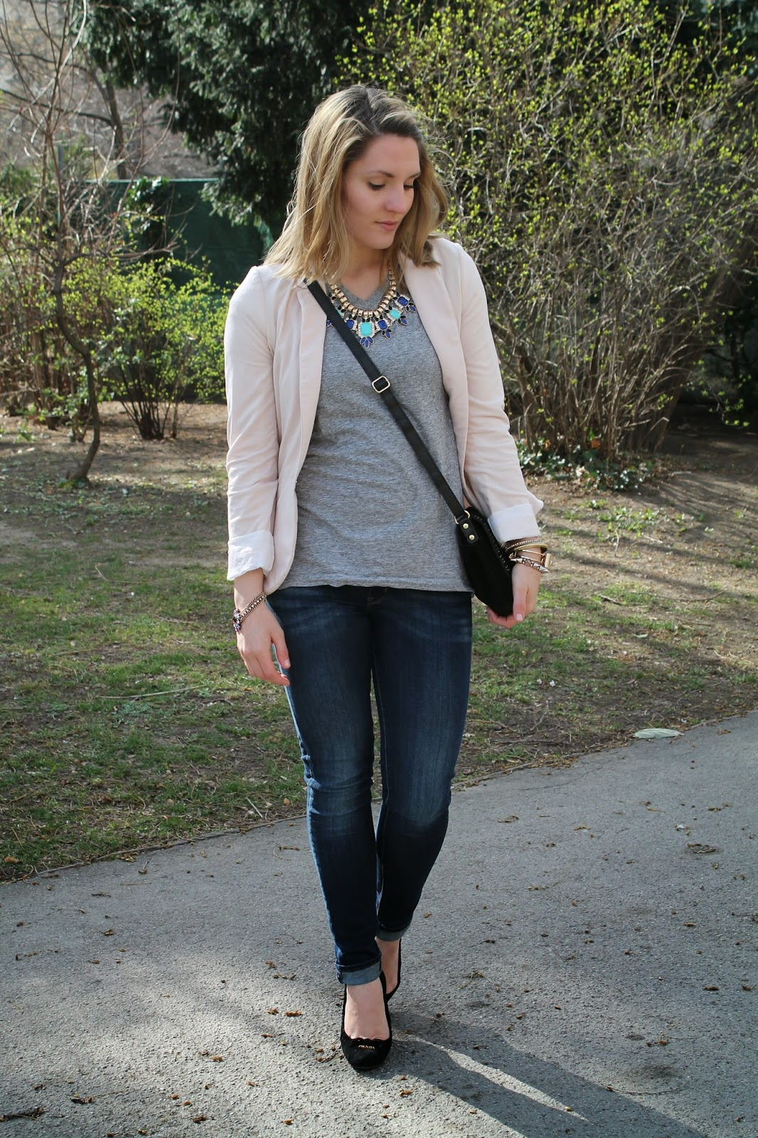 Fashionblogger Austria Österreich Spring Frühling Wien Vienna Klagenfurt Kärnten Carinthia Zalando Flap Bag Black Grey Shirt H&M Forever Statement Necklace Levis Jeans Persunmall Bracelet Prada Pumps Style Look Lookbook Outfit