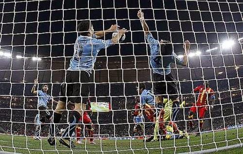 Defesa de Luiz Suárez, no minuto final da prorrogação, quartas-de-finais copa do mundo 2010