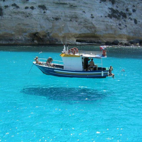 sanki havada asılı tekne
