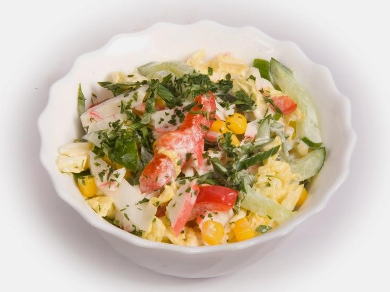 Салат с крабовыми палочками кукурузой и болгарским перцем