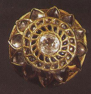 Rakhdi, Jaipur  The rakhdi owes its origins to the many head ornaments described in ancient texts. Most were worn on the crest of the head, as was this, never to be seen because they were covered by the head veil. This one has diamonds in a kundan setting of burnished gold.