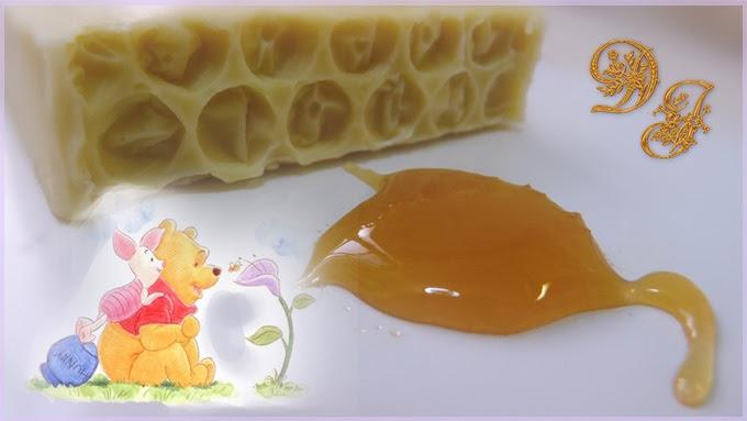 Gota de miel junto a jabon