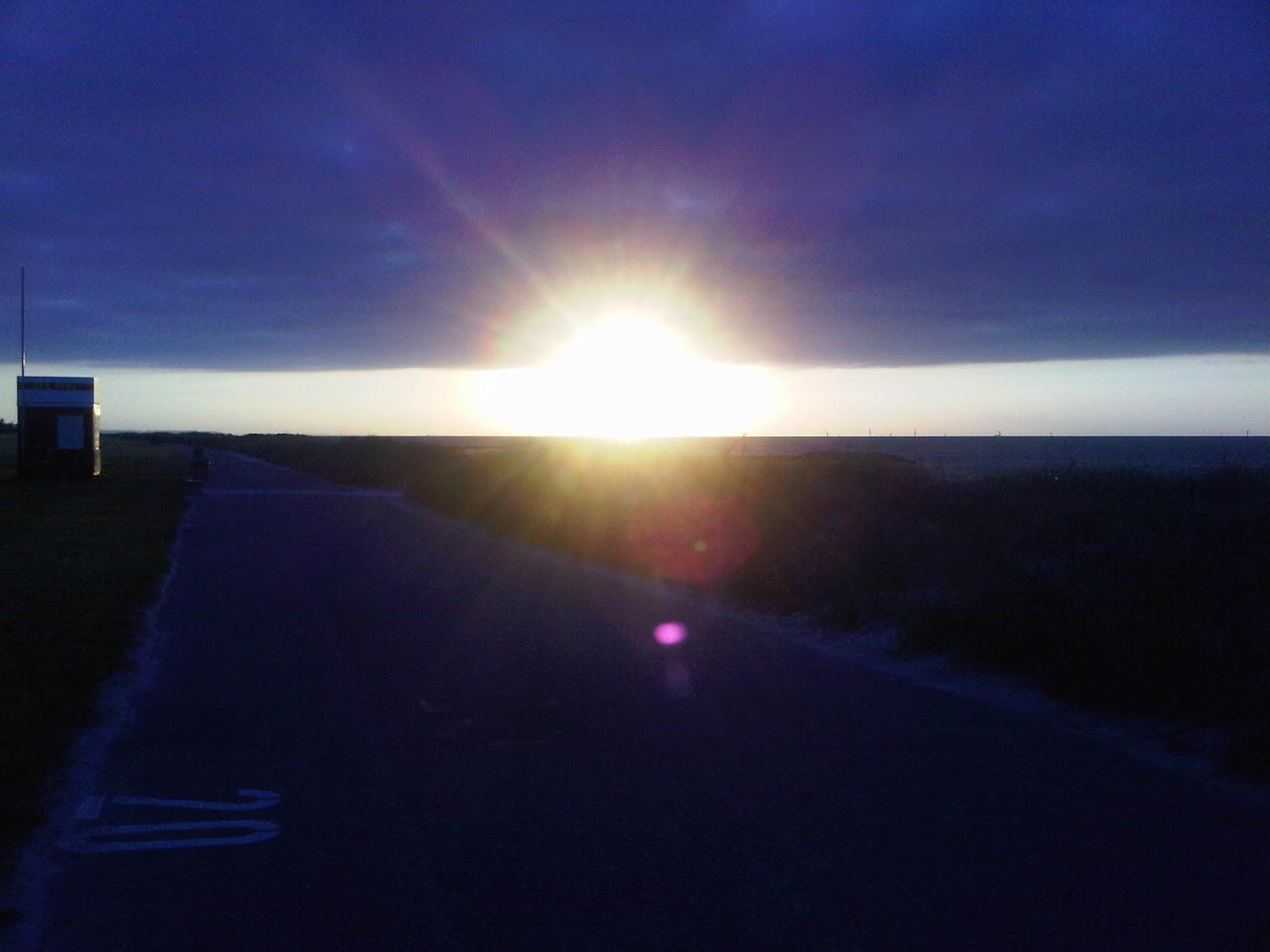 Strand von Kalifornien vor den Dünen bei Sonnenuntergang mit DLRG-Häuschen
