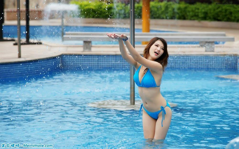 Bathing beauty bikini show deep cleavage