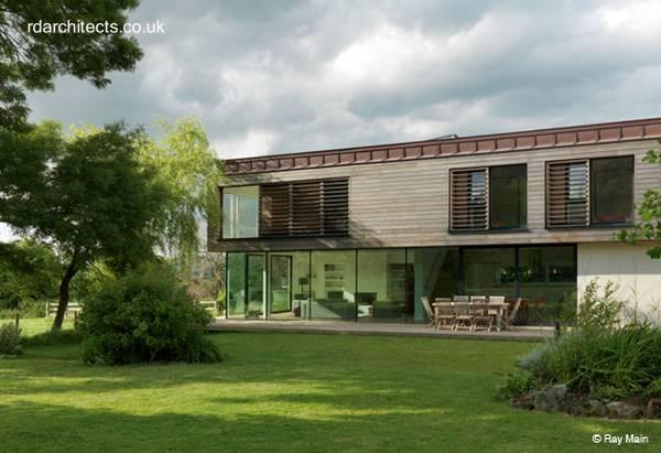 Casa moderna de dos plantas de acero, madera y vidrio