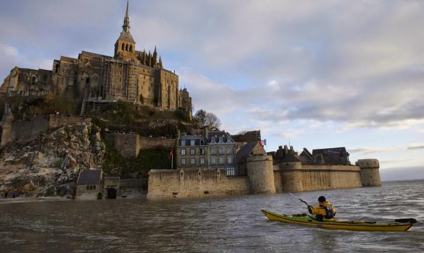 FRANCIA: SUPER MAREA Y CONVIERTE AL MONTE SAINT-MICHEL EN UNA ISLA