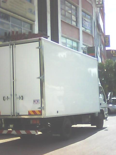 isuzu fiber box pandangan belakang