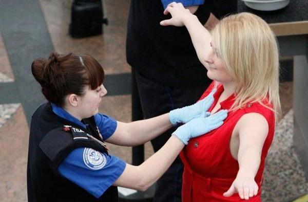 perempuan di periksa di bandara