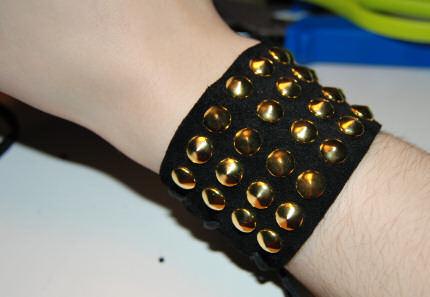 Bracelete com tachinhas