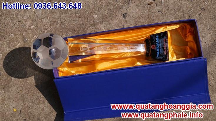 Cúp pha lê bóng đá món quà tặng ý nghĩa tôn vinh chiến thắng trong các các giải thi đâu thể thao