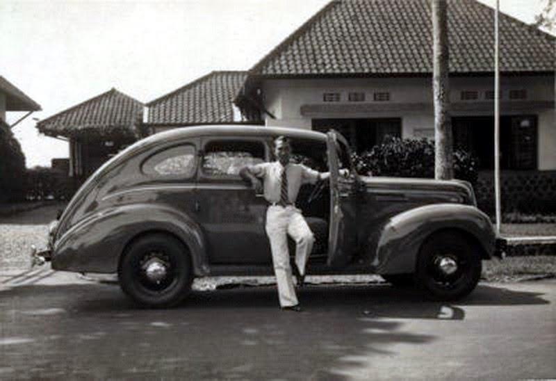 Old indonesian vehicles 1940 ford 4 door deluxe sedan for 1940 ford 4 door sedan