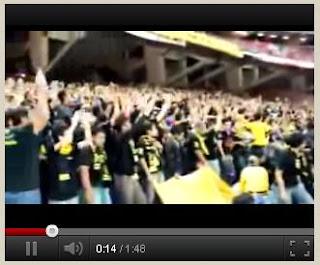 Supporter Malaysia menyanyikan yel-yel Indonesia itu anjing