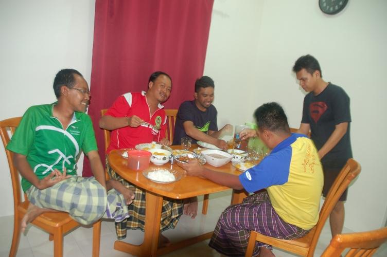 jam 2208: Dinner time !! Dihidangkan oleh adik ipar Zulhabri, Sharil.