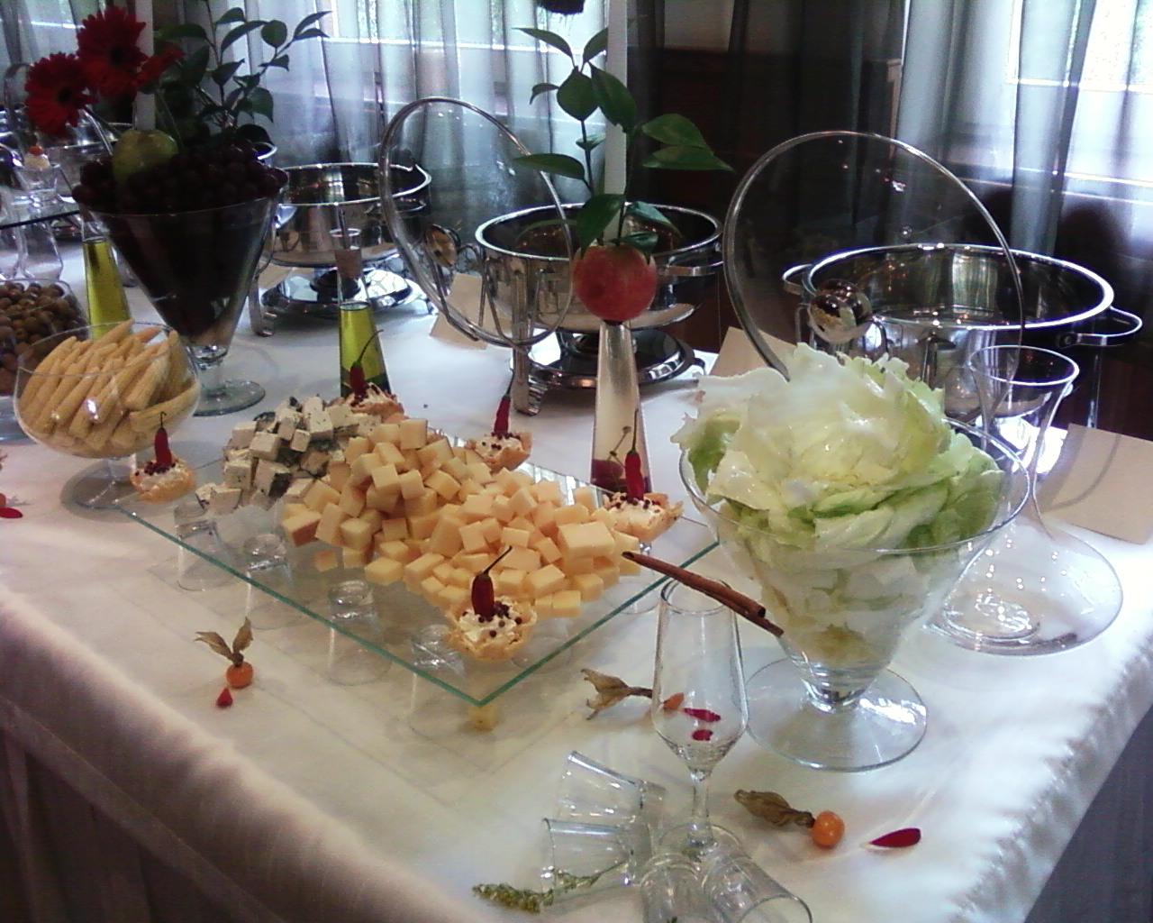 montando espelhos de queijos e salames para buffet de pratos frios #674235 1280x1024