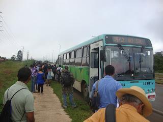 Três ônibus quebram e passageiros fecham principal via de São Sebastião
