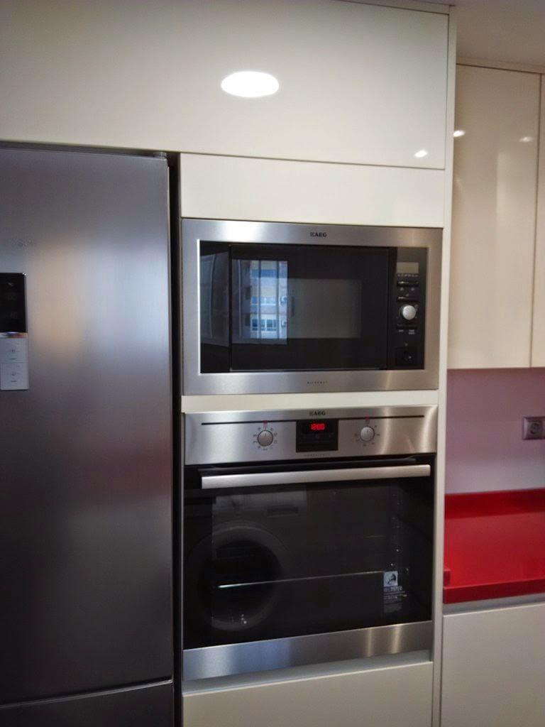 Una peque a cocina que no tiene desperdicio cocinas con estilo - Mueble alto microondas ...