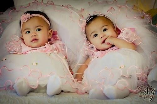 Photo bébé jumelles  avec jolie robe