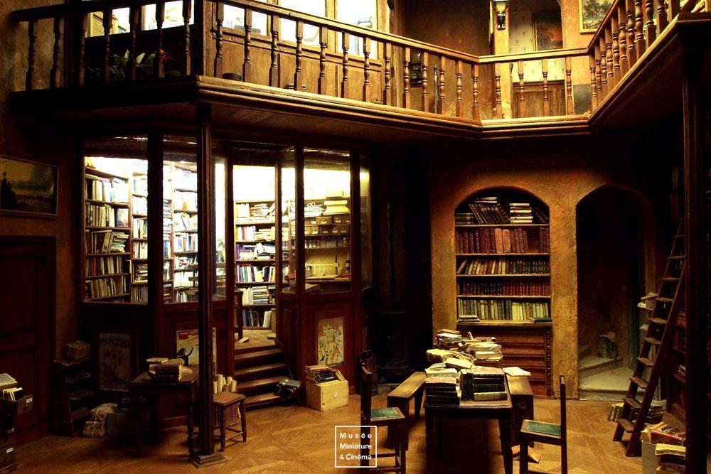01-La-bibliothèque-Françoise-Andrès-Dan-Ohlmann-Musée-Cinéma-et-Miniature-Miniature-Movie-Sets-and-Realistic-Sculptures-www-designstack-co