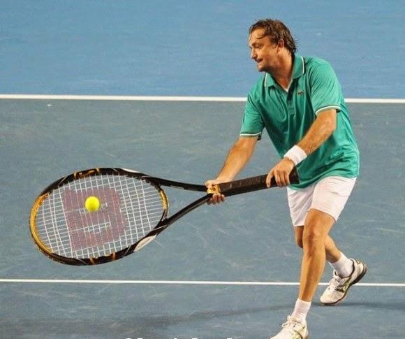 smešna fotografija: teniser igra sa ogromnim reketom
