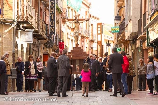 http://interbenavente.es/not/11231/el-traslado-procesional-del-cristo-de-los-afliglidos-en-benavente-es-seguido-con-devocion/