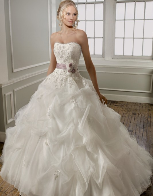 Lace wedding dress is the most chic and elegant choice