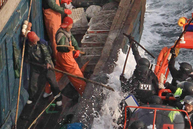 Pescadores chinos luchando con guardacostas surcoreanos