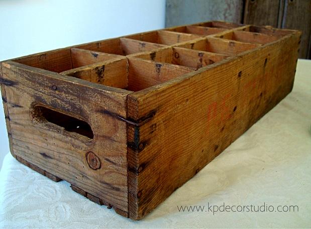 Venta de cajas de madera para envases antiguos y botellas de cristal para decoración y colección