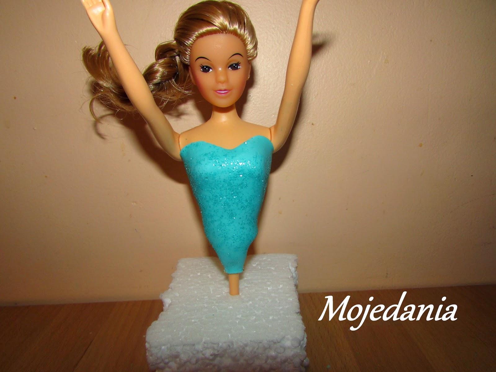 il faut enduire le buste de colle alimentaire et placez dlicatement le bustier comme ci dessous - Barbie La Reine Des Neiges