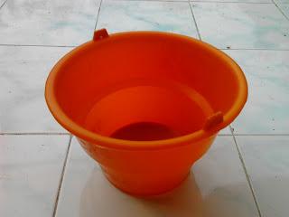 arti mimpi membawa ember, arti mimpi ember pecah, arti mimpi ember bocor, ember mandi bayi, ember js, ember plastik