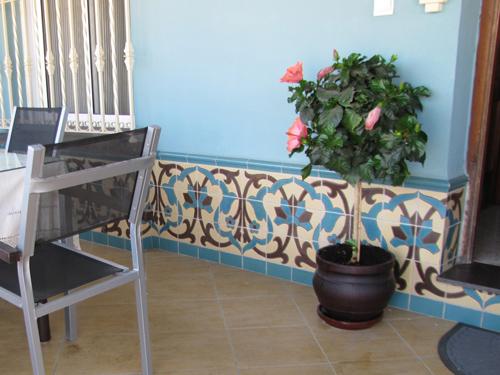 Azulejos campos pintados a mano for Zocalos para patios modernos