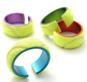 Originalissimi bracciali con riciclo di sezioni di palline da tennis