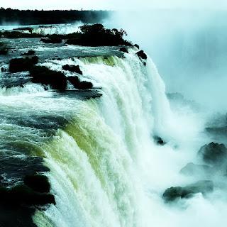 Mirante do Elevador: vista lateral de queda d'água, no Parque Nacional de Iguaçu.
