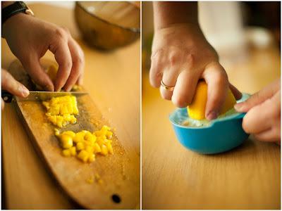 Персики нарезаем кубиками, выдавливаем лимон