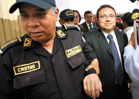 http://4.bp.blogspot.com/-8l6m5eCnFwM/TfqmQWcuozI/AAAAAAAAGZ4/hDbgGctthBo/s1600/Un-elemento-de-la-Policia-llevaba-del-brazo-a-Flores-Lanza-cuando-salia-del-Juzgado-e-iba-rumbo-a-su-casa_imagen_full.jpg