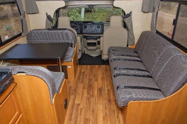 Førerkabinen, hemsen/alkoven henover førerhuset og siddepladser i C30 motorhome fra Cruise Canada / Cruise America.