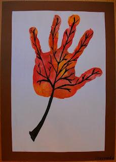 Jesienny liść z odcisku dłoni