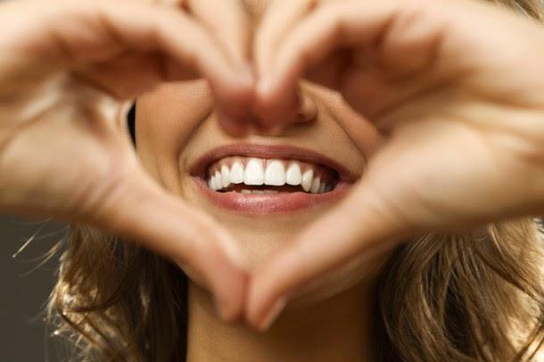 Nụ cười là một trong những hành động giúp bạn gây được thiện cảm khi giao tiếp tiếng anh.