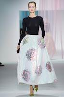 Дълга пола на едри цветя от Christian Dior