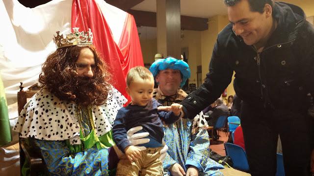 El rey Gaspar con un niño durante el mercadillo solidario de Premysa