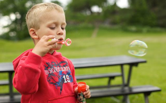Niño Jugando con Burbujas de Jabon Imagenes de Burbujas